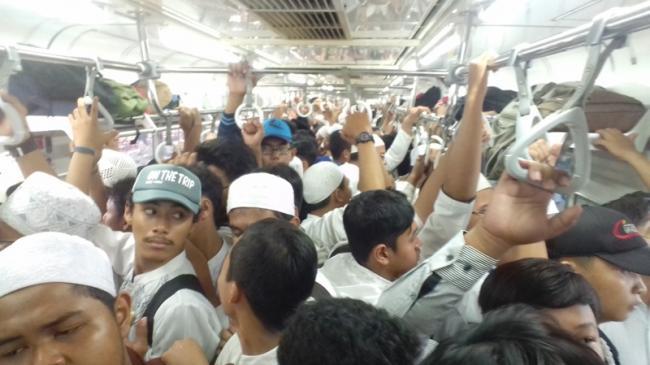 Pengunjuk Rasa Penuhi Kereta Commuter Line