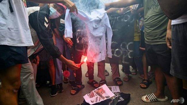 Demonstran Rayakan Ulang Tahun Pemimpin Kudeta dengan Ritual Pemakaman: Ingin Dia Segera Meninggal