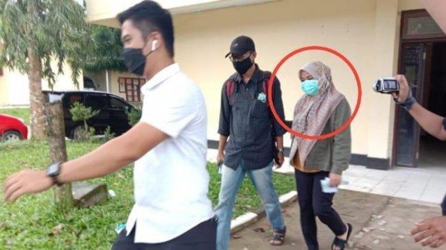 Penampilan Bupati Kolaka Timur Andi Merya Nur Digiring Petugas KPK Tinggalkan Polda Sultra