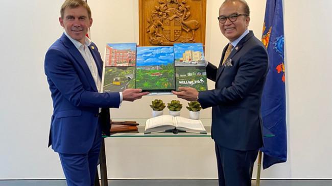 Dubes Tantowi Yahya Hadiahkan 2 Lukisan kepada Wali Kota Wellington