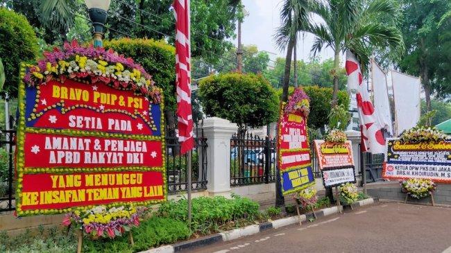 Karangan Bunga Banjiri Gedung DPRD DKI, Minta Kawal Uang Rakyat yang Dipakai Formula E