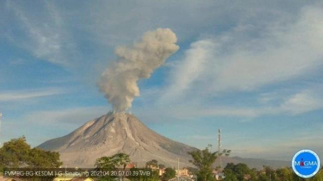 Gunung Sinabung 'Batuk' Lagi, Keluarkan Abu Hingga 2.800 Meter