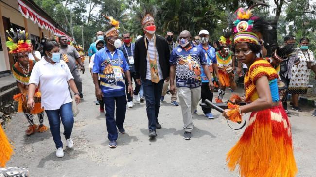 Di Papua, Ganjar Makan Papeda Bareng Awak Radio Lokal Jayapura