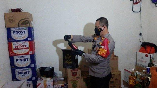 Polisi Gerebek Kontrakan di Setiabudi, Angkut 1.917 Botol Miras Ilegal Gunakan Truk