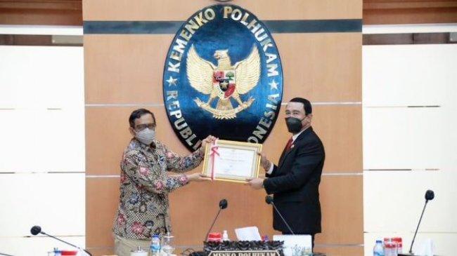 Hadi Prabowo Terima Penghargaan Penyelesaian Batas Negara dari Menko Polhukam pada Harlah BNPP