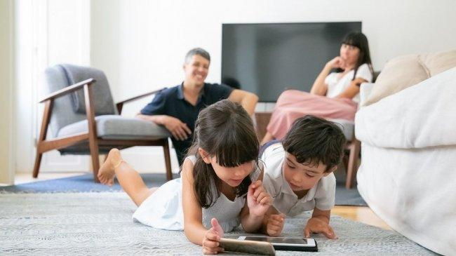 happy-parent-watching-little-kid-20210407111508.jpg
