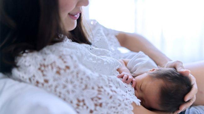 Positif Covid-19, Ibu Menyusui Tetap Boleh Berikan ASI untuk Si Buah Hati