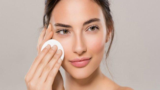 5 Manfaat dan Kegunaan Micellar Water: Dapat Menghilangkan Kotoran dan Minyak di Wajah