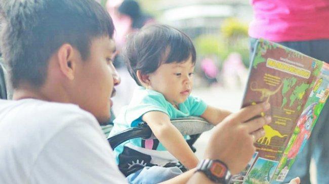 Ayah dan Bunda Yuk Biasakan Anak Dengarkan Dongeng, Simak Manfaatnya untuk Tumbuh Kembang si Kecil