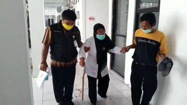 Penyakit Stoke 'Kandaskan' Guru Honerer Imas Kustiani Ini Jadi PPPK, Digendong ke Lokasi Tes