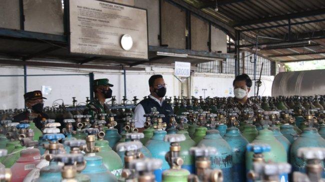 Anies Inspeksi Perusahaan Pengisian Oksigen, Pastikan Pasokan Terjamin