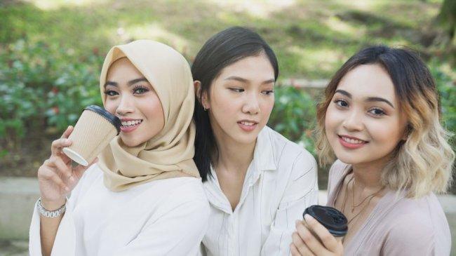 7 Tanda Sahabat Iri dengan Dirimu, Salah Satunya Selalu Mau Bersaing