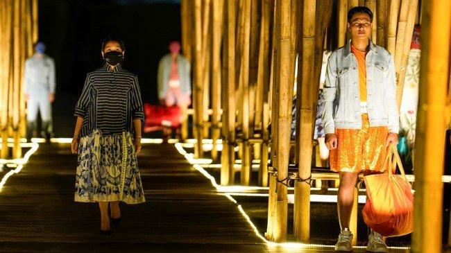 Jakarta Fashion and Food Festival Menggelar Fashion Batik di Komplek Candi Prambanan