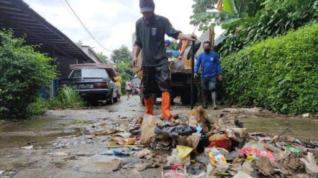 Hujan Deras, Bendungan Jebol, Warga di Jalan Mujair Pancoran Mas Depok Kebanjiran