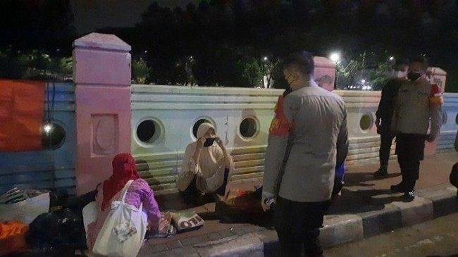 Bunyikan Sirene, Polisi Bubarkan Warga dan Pedagang yang Kongkow di BKT