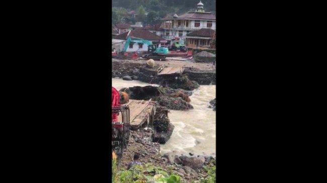 Jembatan Runtuh, Wanita Hendak Melahirkan di Lebak Harus Ditandu Lewati Dua Sungai Lebih Dulu