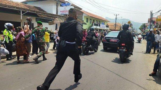 Meski Jatuh dan Berdesakan, Warga Jawa Barat Ini Girang Dapat Kaos dari Presiden Joko Widodo