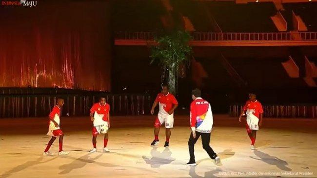 VIDEO Aksi Presiden Jokowi Main Bola saat Pembukaan PON Papua, Lihat Operannya