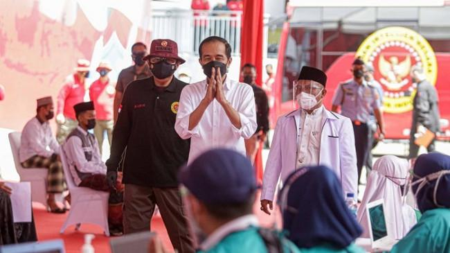 Tinjau Vaksinasi Door to Door di Cirebon, Jokowi Apresiasi Kerja Keras BIN