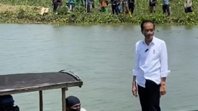 Di Luar Agenda Jokowi Tiba-tiba Naik Perahu Sebrangi Sungai di Cilacap