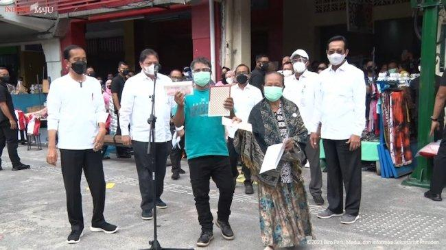 Pemerintah Salurkan Bantuan Rp 1,2 Juta untuk PKL dan Warung, Jokowi: Kurang Ndak?