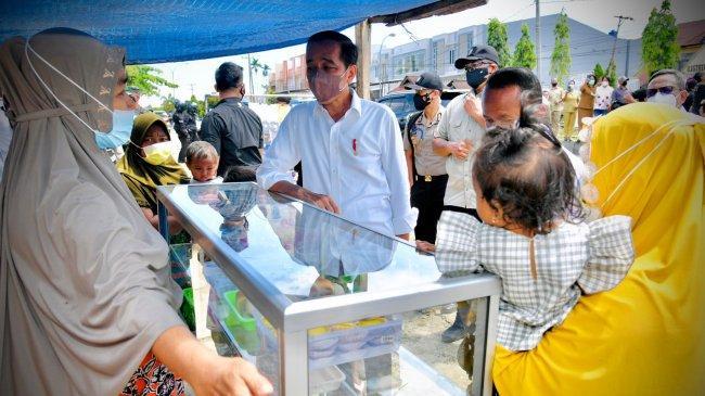 Datangi Pedagang Kaki Lima Bentangkan Spanduk, Jokowi : Tadi Apa Kok Kayak Demo-Demo Segala?