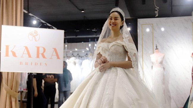 Kalina Oktarani Fitting Gaun Pengantin