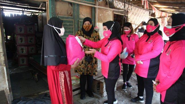 Bhayangkari Polda Metro Jaya Door to Door Bagikan Sembako dan Vitamin di Kampung Pemulung