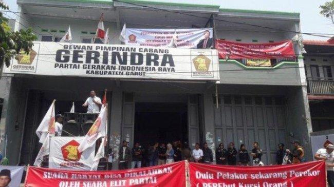 Demo Mulan Jameela, Ada Spanduk Dulu Pelakor Sekarang Perekor Perebut Kursi Orang