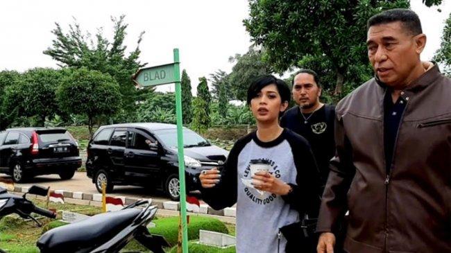 Karen Pooroe Akan Kawal Polisi Ungkap Kematian Putrinya yang Diduga Jatuh dari Apartemen