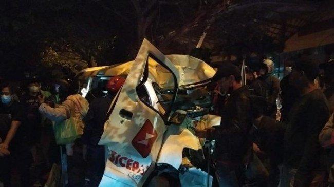 Kecelakaan Maut di Depok, Mobil Pengantar Paket Tabrak Pohon, Diduga Sopir Tertidur saat Berkendara