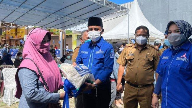 Bulan Bakti Partai Demokrat, Kamhar dan Anwar Hafid Turun Langsung Bagikan Sembako ke Warga Sulteng