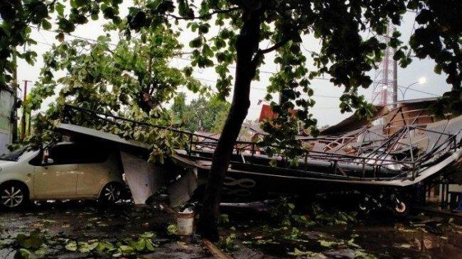 Hujan Badai Landa Depok, Laporan Sementara 29 Pohon dan Baliho Ambruk