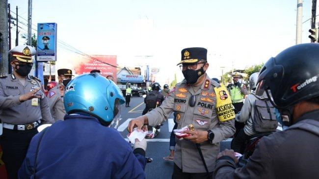 Cek Penerapan PPKM Level 3 di Perbatasan Prambanan-Klaten, Kakorlantas Bagikan Masker dan Helm