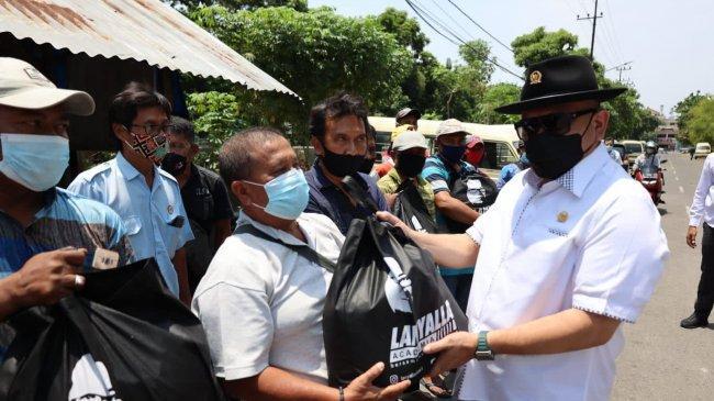 LaNyalla Serap Aspirasi dan Bagi-bagi Sembako ke Warga Membutuhkan di Surabaya