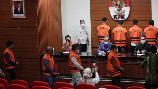 Ditetapkan Tersangka, 10 Anggota DPRD Muara Enim Berjejer Pakai Rompi Oranye KPK