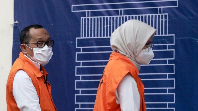 Foto-foto Bupati Probolinggo Puput Tantriana dan Suami Hasan Aminuddin Mengenakan Rompi Tahanan KPK