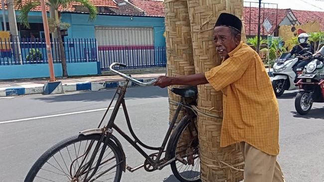 Perjuangan Mbah Jum Kayuh Sepeda Puluhan Kilometer Jual Anyaman Bambu Demi Istri yang Sakit Keras