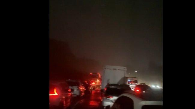 Kecelakaan di Tol Cipularang, Kontainer Timpa Mobil SUV, Arus Lalu Lintas Arah Jakarta Macet Total