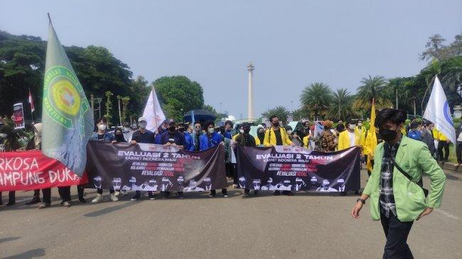 Demo 2 Tahun Jokowi-Maruf, Para Mahasiswa Blokade Jalan Medan Merdeka Selatan