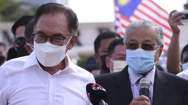 Mahathir dan Anwar Ibrahim Bersatu Pimpin Protes Menuntut Perdana Menteri Muhyiddin Yassin Mundur