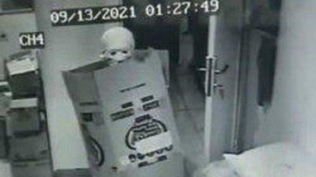 Pencuri Bertopeng Tengkorak Gasak Uang dan Puluhan Bungkus Rokok dari Minimarket di Pandeglang