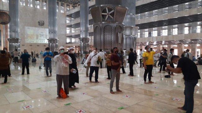 Usai Salat Jumat, Masyarakat Sempatkan Selfie di Masjid Istiqlal