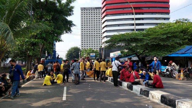 Massa BEM-SI Mulai Membubarkan Diri dari Gedung KPK