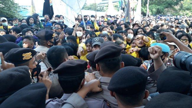Massa BEM-SI dan Polisi Terlibat Saling Dorong di Depan Gedung KPK