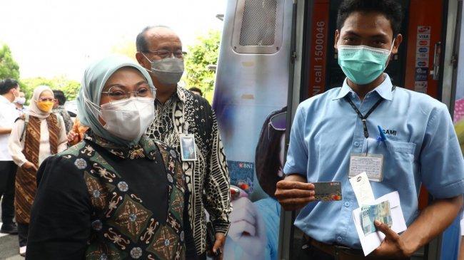 Menaker Tinjau Aktivasi Rekening Pekerja Penerima BSU Tahap III di Semarang