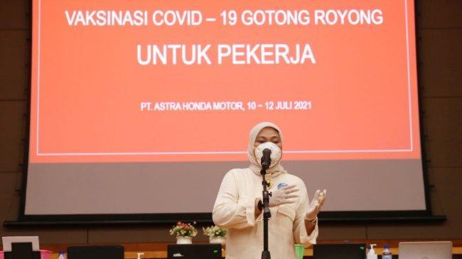 Menaker Ida Tinjau Pelaksanaan Vaksinasi Gotong Royong bagi Pekerja di Karawang