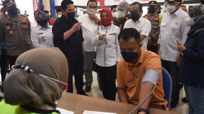 Terus Percepat Herd Immunity, 3 Menteri Tinjau Vaksinasi COVID-19 Warga Cepu di PEM AKAMIGAS