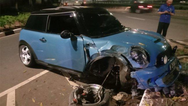 Mobil Mini Cooper Rusak Berat Setelah Tabrak Separator di Senayan