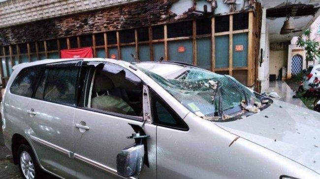 Serangan Angin Puting Beliung Bikin Warga Depok Kesusahan, Listrik Mati, KRL Terganggu